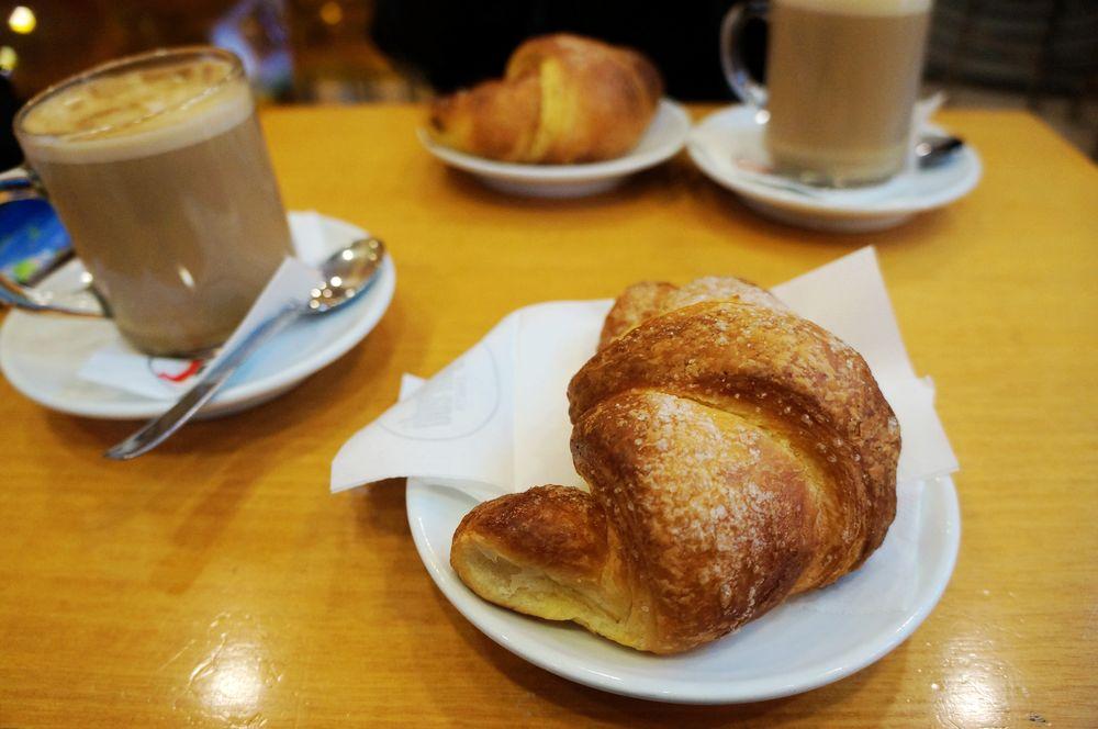 人传统早餐就是一个牛角包加一杯咖啡-早餐