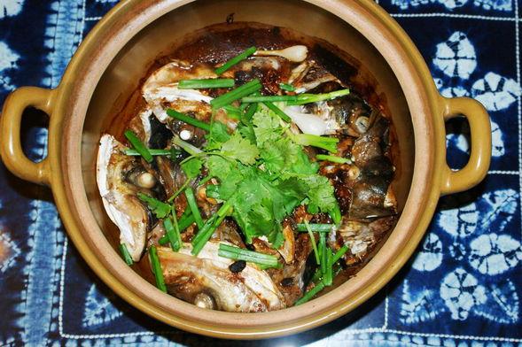 砂锅鱼头煲,砂锅鱼头煲在腌制中,砂锅鱼头煲 华榕肥仔的美食日记