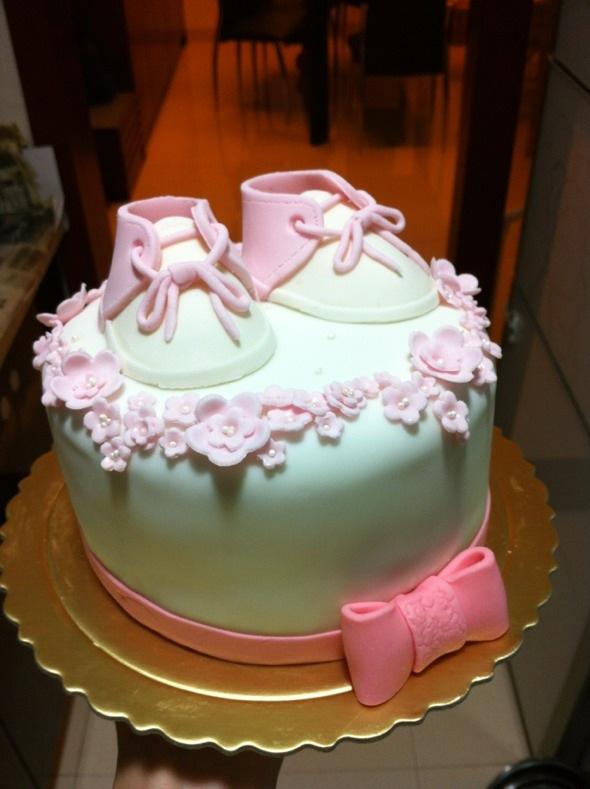 有位妈妈找我给她宝宝订做一个满月蛋糕,小公主所以给她做了粉色小鞋