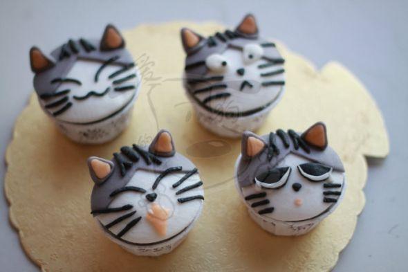 注意啦,这些猫都是翻糖捏的,都是糖做的,都是能吃的哦~~~不是瓷器,不是玩具!!! 这套是我目前自己最喜欢的一套了,肯德基的甜甜私房猫造型的杯子蛋糕,12杯CUPCAKE,超萌啊~~~ 这套小奇我喜欢了很久,一直想做,就是太忙了,没时间,今天可算闲了半天,赶紧动起来~~~ 一共做了3组,都不一样,一组4只,有平面的,有立体的,还有一组是挂钩样式的~~~ 萌吗?喜欢吗?请点喜欢哦~~~ 标签: