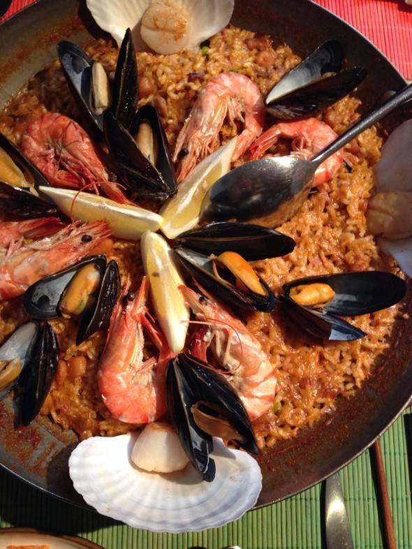 西班牙海鲜饭,芝麻菜松茸沙拉,餐前面包,餐具,煎蘑菇