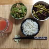 晚饭:芹菜炒虾皮+香肠蒜薹+西柚汁